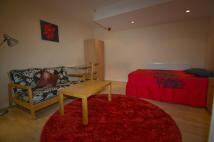Studio flat in Ash Grove, Headingley...