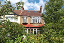 5 bed property to rent in Oakway, Raynes Park