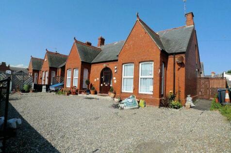 Crescent Road, Rhyl, North Wales - Detached Bungalow / 5 bedroom detached bungalow for sale / £138,000