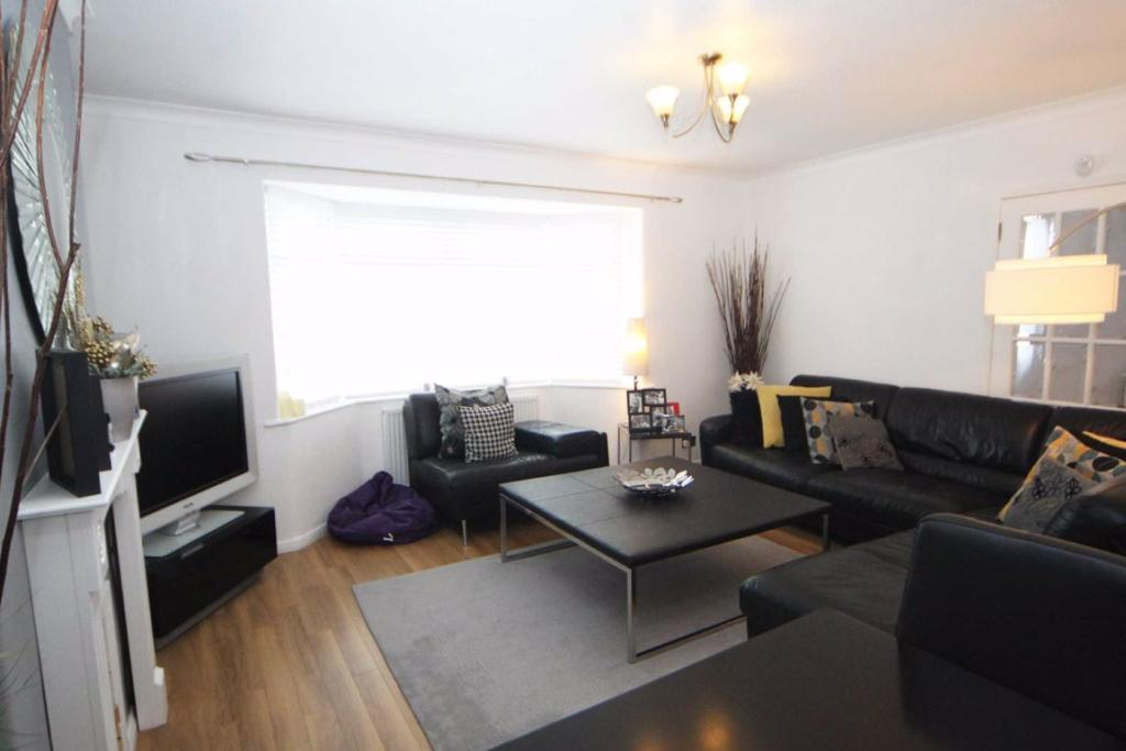 3 bedroom semi-detached house for sale in The Mount, Hale ...