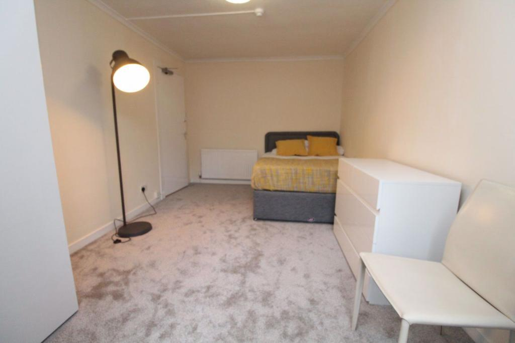 4 bedroom flat for rent in Southpark Avenue, Glasgow, G12