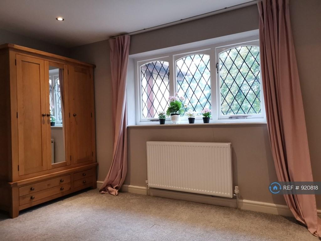 5 bedroom detached house for rent in Brooks Drive, Hale ...