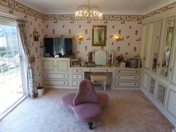 bed 1 dressing area.JPG