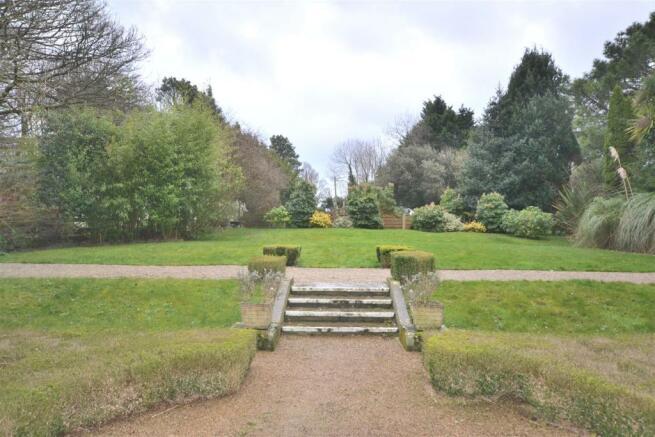 Front garden area.JPG