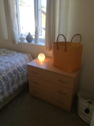 Single room upstairs front of house £405 per mon