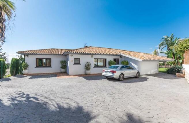 Villa & parking