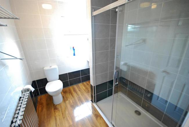 EN SUITE SHOWER ROOM: