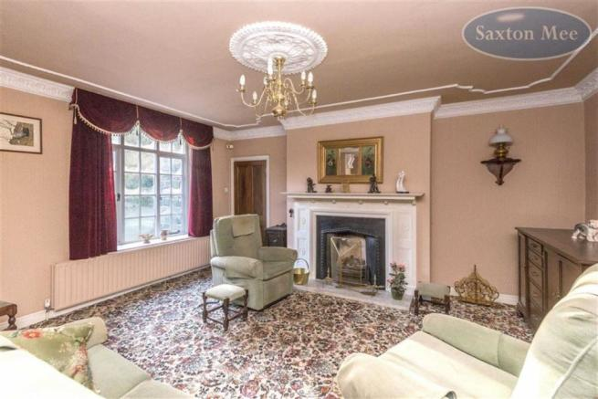 SUPERB WELL PROPORTIONED LOUNGE