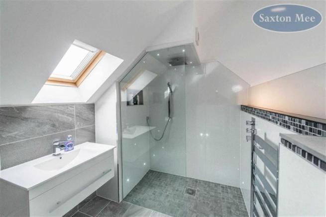 WALK IN EN SUITE SHOWER ROOM