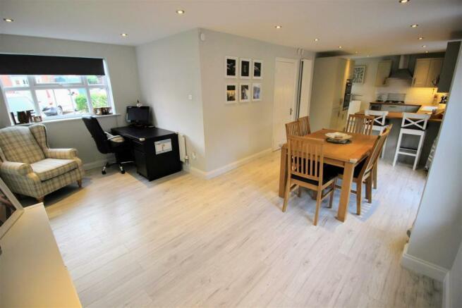 4 Bedroom Detached House For Sale In Hodds Hill Peatmoor Swindon Sn5
