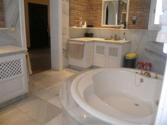 1.28 jacuzzi bathroo