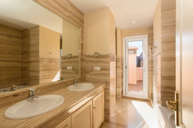 7 Master bathroom