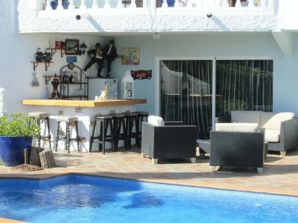 Poolside Bar & Loung