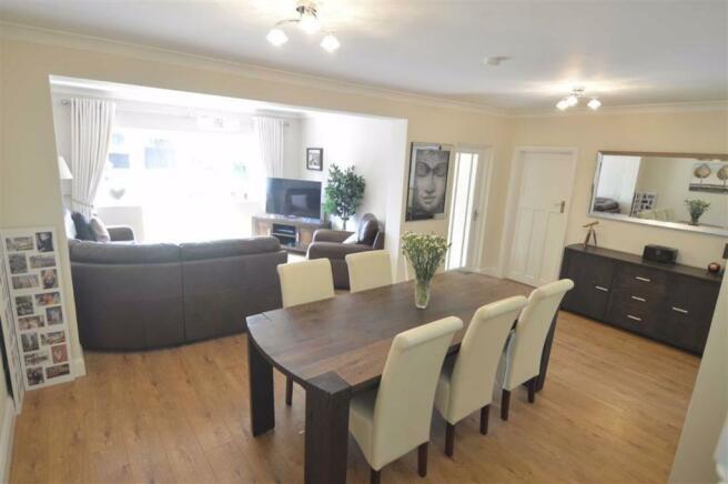 L-Shaped Lounge/Diner