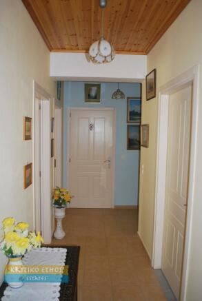 Hallway to bdrms