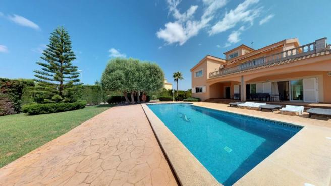 Villa with pool and