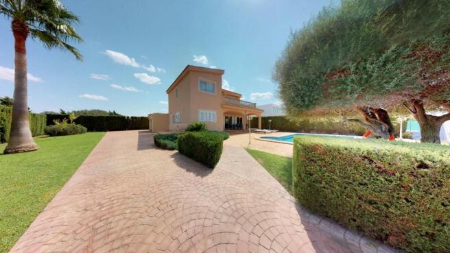 Villa with sunny poo