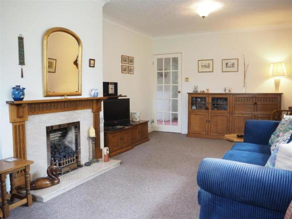 Generous Bay Fronted Lounge 138