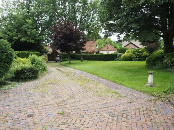 Extensive Block Paved Driveway 227