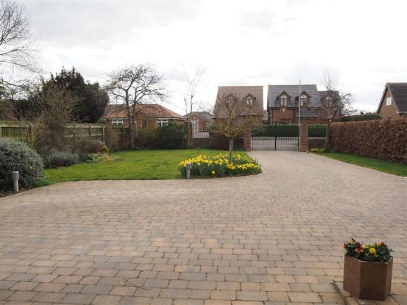 Extensive Gated Driveway 918
