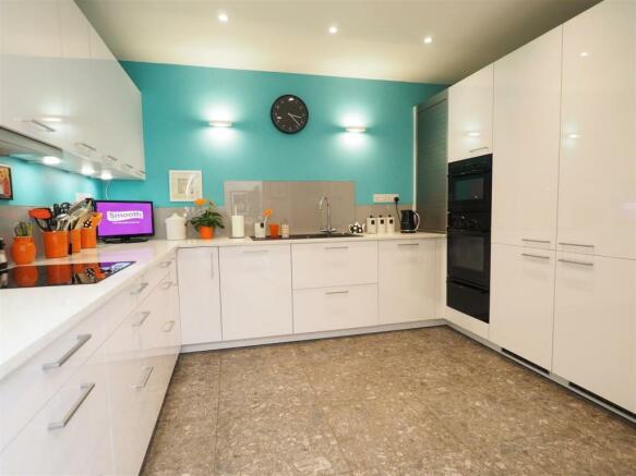 Stylish Fitted Kitchen 388
