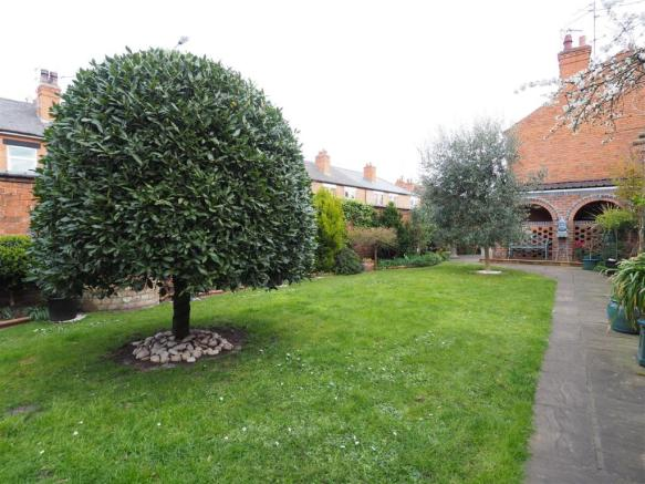 Well Maintained Rear Garden 176