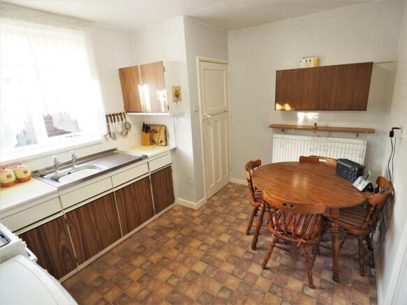 Spacious Dining Kitchen 813