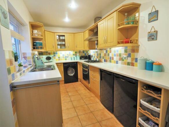 Modern Fitted Kitchen 337