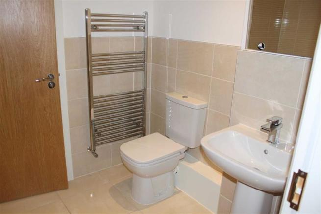 EN-SUITE 3-PIECE BATHROOM