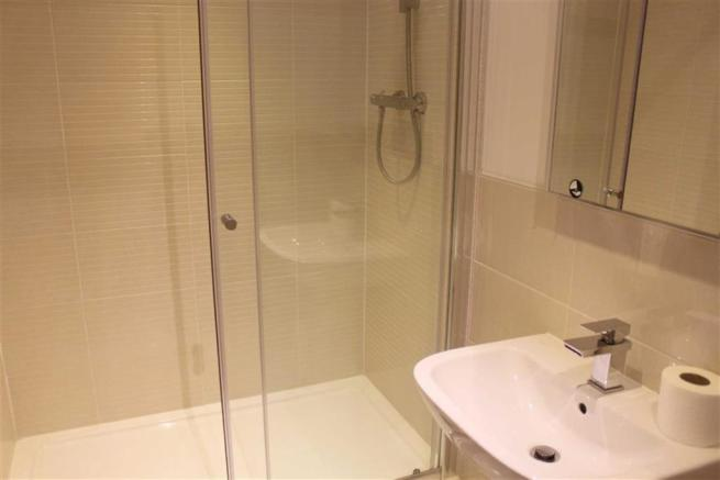 EN-SUITE 3-PIECE SHOWER ROOM