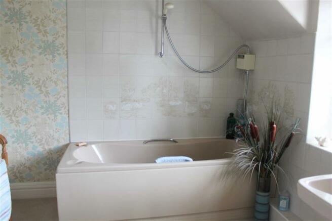 EN-SUITE THREE-PIECE BATHROOM