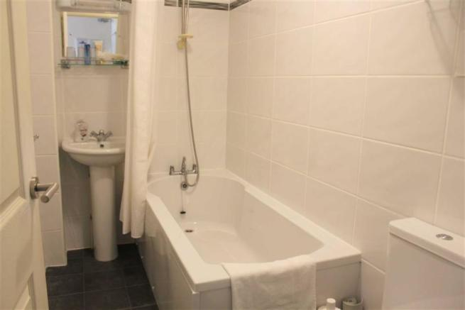 TILED EN-SUITE 3-PIECE BATHROOM