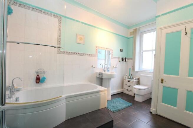 22 Severn Road bathroom 1150.jpg
