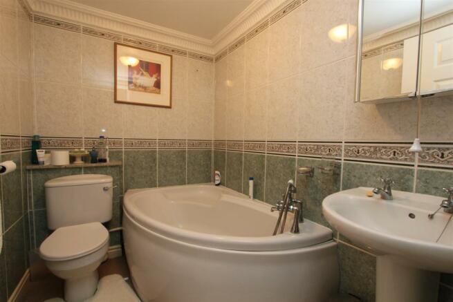 7 Parkes Quay bathroom.jpg