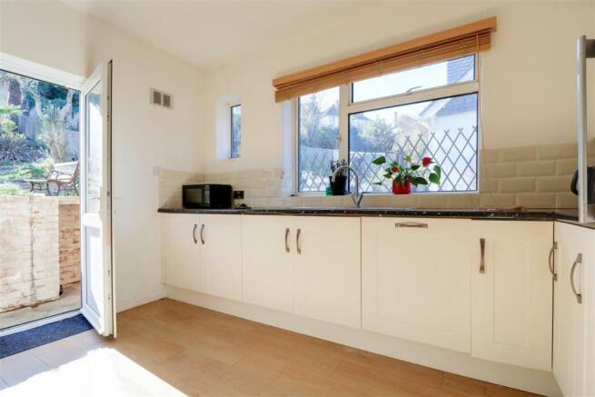 947. Kitchen.jpg