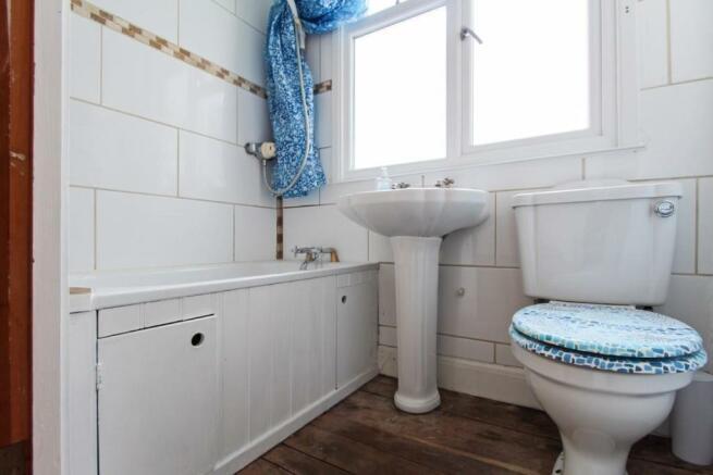 909. Bathroom.jpg
