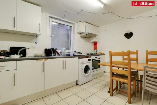 984. Kitchen (2).jpg