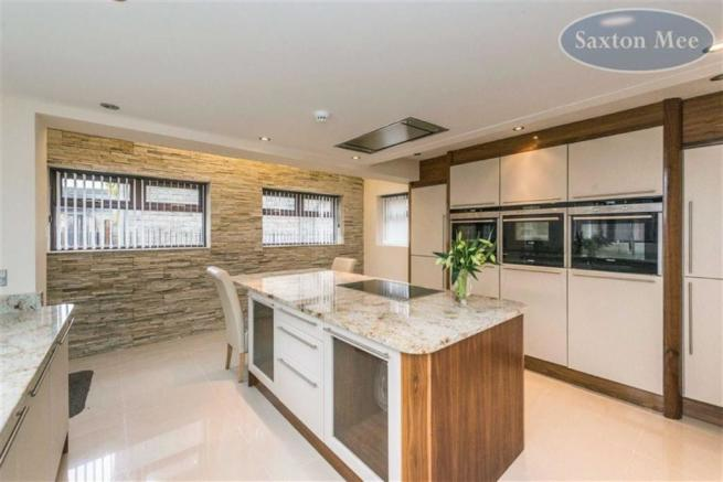 BEAUTIFUL FITTED BREAKFASTING KITCHEN