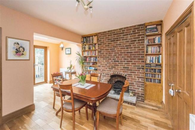 WELL PROPORTIONED DINING ROOM