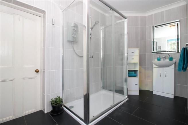 L-Shape Ensuite Shower Room
