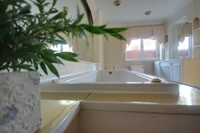 Bathroom (Master bedroom en suite)