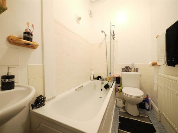 Bathroom - 4 Hayden House.JPG