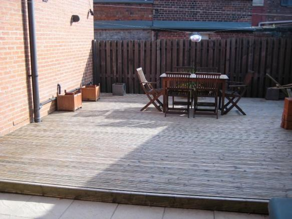 COMMUNAL DECKED AREA