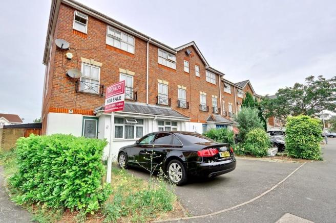 5306bd77467 5 bedroom town house for sale in Tollgate Drive, Hayes, UB4, UB4