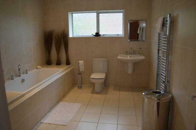 26b Lulworth Rd main bathroom