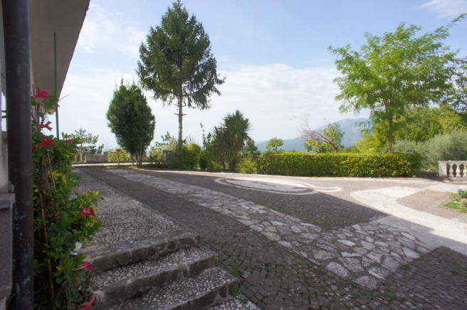 16 Approaching villa