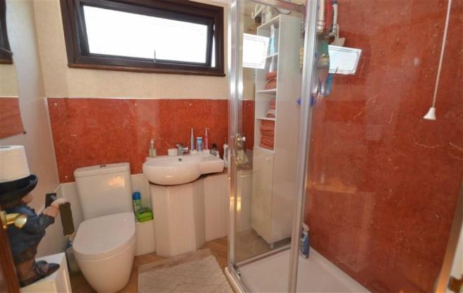 Modern Shower Room/WC