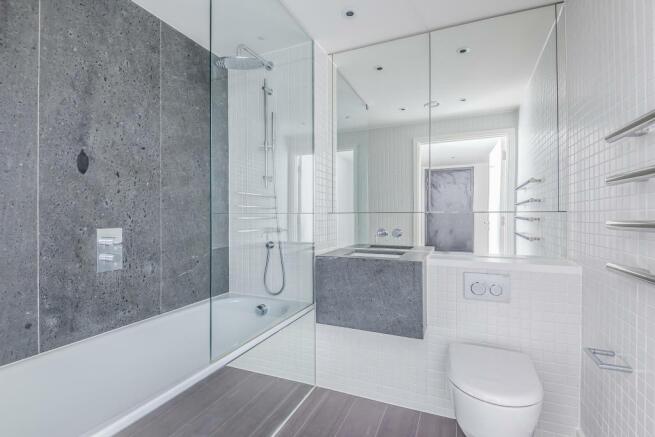7) Family Bathroom 1.jpg