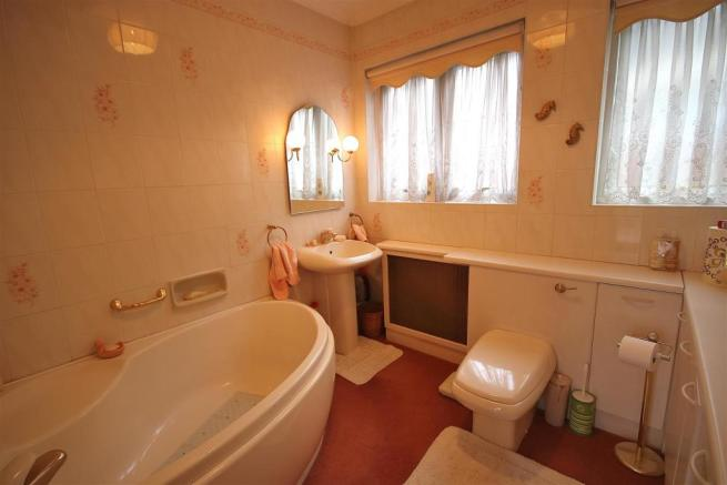 LARGE FULLY TILED BATHROOM: