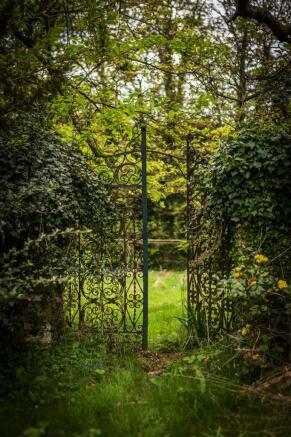 house. estate agency Leatherhead garden gates